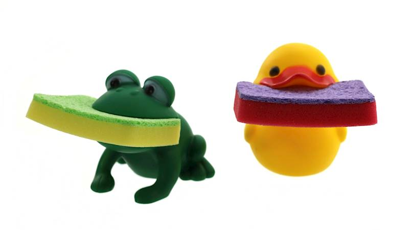 Plastikowa kaczuszka/ żabka z gąbką kuchenną